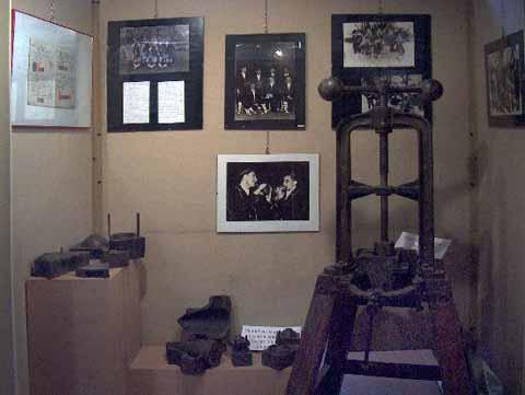 Bilanciere e stampi per la costruzione di ocarine e alle pareti fotografe di gruppi di suonatori